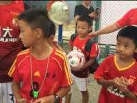 恒大足校小球员等待国足训练 为中国足球加油