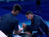 小德首场比赛意外受伤 接发过猛擦破手指