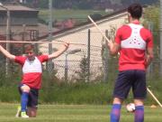英U21备战德国氛围轻松 球员竟都举着棍子热身?