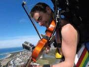 """音乐家挑战""""全裸高空跳伞"""" 边跳边拉小提琴"""