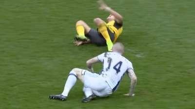 桑切斯遭飞铲 倒地不起阿森纳一场伤两条大腿?