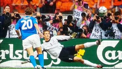 大师风范!欧洲杯半决赛敢玩勺子点球只有他