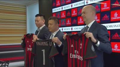 米兰新老板终于亮相!李永鸿举球衣亮相米兰总部