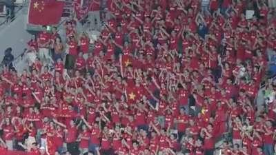 国足呼天下应! 球员赛后谢场再为中国红点赞!