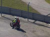 里卡多赛车失去动力 15号弯抛锚退赛坐摩托离去