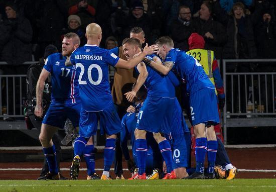 在和冈纳尔松的谈话过程中,你能感受到他内心的复杂:时而觉得冰岛足球的崛起是应运而生,时而又觉得这终究是一个不大不小的奇迹。不管怎样,你足以体会到冈纳尔松对于亲身参与冰岛足球崛起的喜悦和自豪,他很荣幸自己是这个组织的一部分。他认为,自己和其他国民一起为冰岛足球的发展做出了贡献。 冰岛拿到欧洲区世预赛I组的头名很不容易。这个小组的6个球队中,有4队参加了去年的欧洲杯。小组赛的后半程,冰岛简直不可阻挡,4胜1负,仅丢了1球,后程发力,夺得小组头名。直到现在,冈纳尔松还清晰的记得冰岛出线时全国的疯狂气氛。 我们
