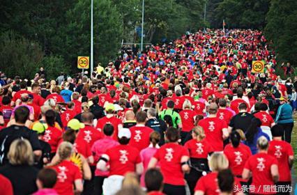 """主办的""""青岛港·2017青岛海上国际马拉松""""即将在胶州湾跨海大桥举办."""