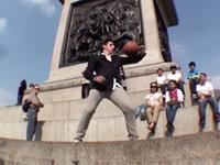 牛人街头花式秀球技 干啥都不如玩个球儿!
