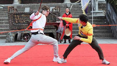 """吴磊、董力""""击剑""""对决"""