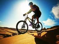 低头猛蹬!自行车骑出摩托的速度能玩的花活真不少