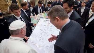 梵蒂冈教皇接见德国队 勒夫携弟子送签名球衣作纪念