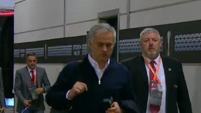 曼联大巴抵达球场 穆帅严肃马夏尔竖大拇指