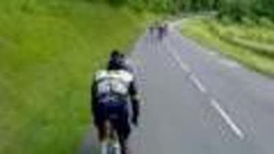 比赛漫长太沉闷 领骑车手低头竟然睡着骑到路边