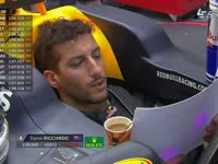 提神!F1奥地利站排位赛 里卡多座舱内边饮咖啡边看数据