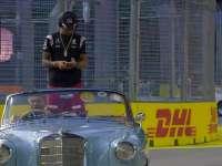 F1新加坡站车手巡游 汉密尔顿做高危动作马修拍手没够着