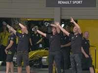 左手右手一个慢动作~ F1日本站排位香蕉队技师与车迷互动