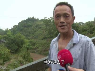 """红视频现场直击:山洪中的""""泳""""者 这个湘西汉子好样的"""