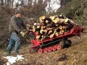 履带式小推车,农民推着上山砍柴,省时省力真方便