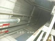 实拍:电梯在井道坠落后缓冲期是怎样发挥作用的?