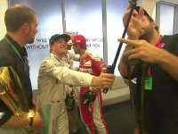 F1阿布扎比站正赛 罗斯伯格拿出自拍杆合影