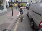 女子骑单车被司机语言骚扰 怒卸货车后视镜