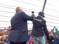 风太大!F1车手巡游:汉密尔顿爬栏杆捡帽子