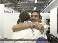 F1阿布扎比站正赛:巴顿退赛后与亲友深情拥抱