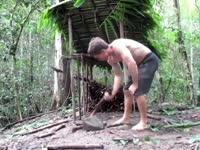 《极限荒野生存教学》第七期 搭小木棚和存蜂窝