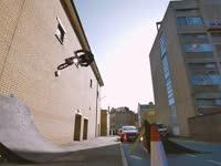 喝多不扶墙就服他 小哥轻松把小轮车骑上墙壁