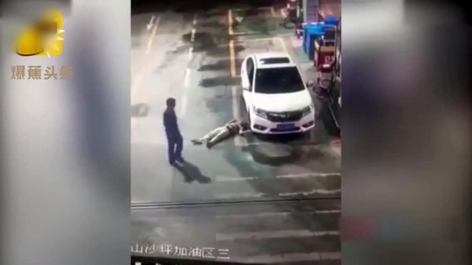 男子话语激怒加油员 一言不合遭猛推砸向车轮