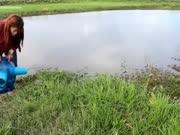 美女设计了一款捕鱼神器,放到水里就行,第二天就是一桶鱼,卖鱼月入上万