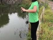 美女雨中玩弹弓,一枪命中水中小球