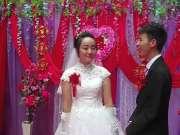 真实农村婚礼现场,主持人说让两人拥吻时,新郎新娘都不好意思显得手足无措