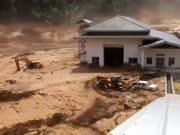 水库溃坝洪水咆哮而下如同海啸 工地人员疯狂逃命