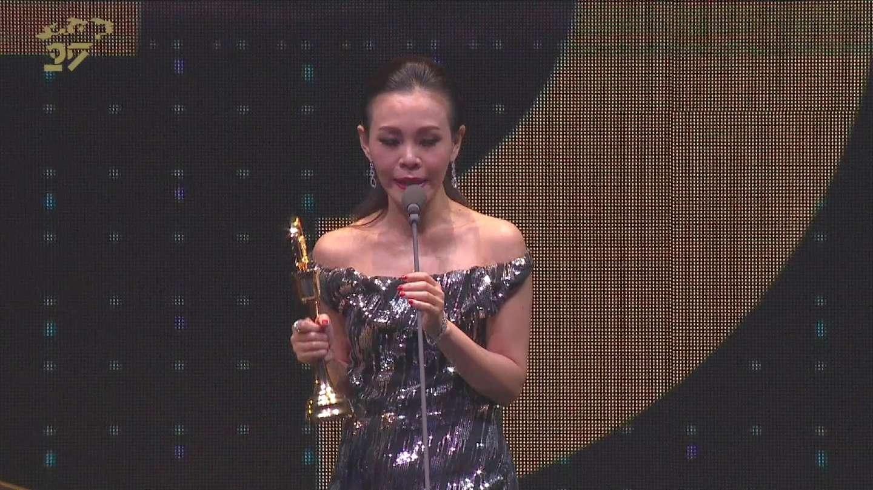 最佳国语女歌手:彭佳慧 颁奖人:蔡依林 (第27届台湾金曲奖颁奖典礼)