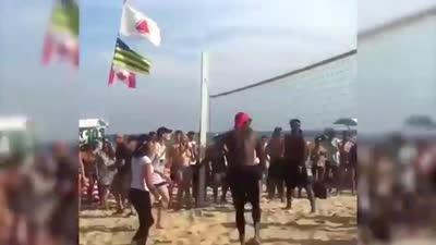 美国梦之队海滩放松 组团打沙排引人围观