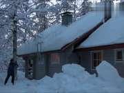 国外大爷清除屋顶积雪,一根绳子就搞定了