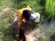 农村小伙尝试深坑陷阱捉鱼,不想竟真的捉到两条鲶鱼