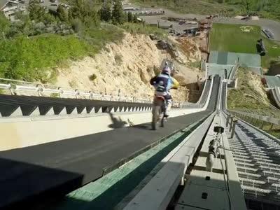 自杀式挑战!越野摩托车超惊悚下接近90度斜坡