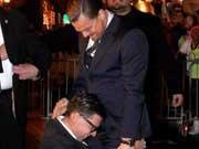 莱昂纳多遭整蛊 红毯上被男记者抱大腿