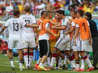 胡梅尔斯头球破门 德国总理默克尔鼓掌庆祝
