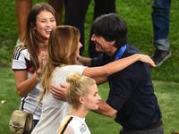 德国超模太太团助阵 夺冠后轮流拥抱勒夫