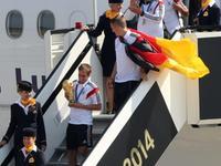 德国队抵达柏林机场 千万球迷举旗迎英雄凯旋