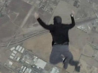 太疯狂!男子无降落伞高空跳下