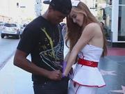 好拼啊!美女护士装街头摸男人下体为做慈善