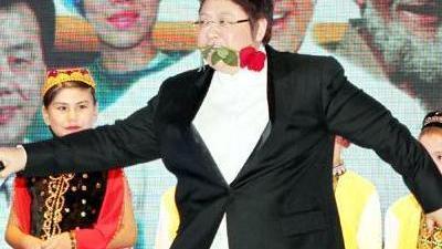 韩红演唱会玩乐器跳肚皮舞