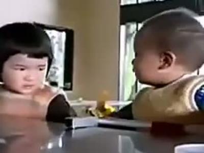 国外可爱小宝贝吵架