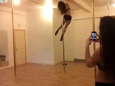 实拍性感金发长腿美女跳钢管舞