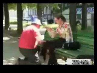 老头在公园骚扰美女_百度影视