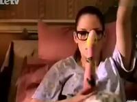 美女在卧室偷摸玩振动棒